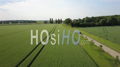 Suivi D'une Voiture Sur Une Route De Campagne, Vidéo Drone