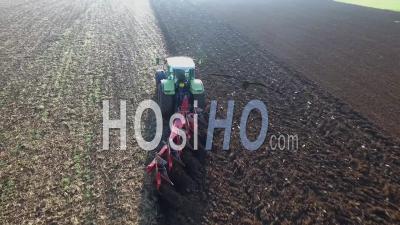 Tracteur Labourant Un Champ Dans La Beauce, Vidéo Drone