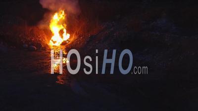 Incendie De Voiture Sur Un Véhicule Retourné Au Crépuscule Dans Une Fosse De Gravier Abandonnée. - Vidéo Drone
