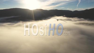 Voler Au-Dessus Des Nuages Dans Sunrise Lights - Vidéo Drone