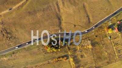 Survol De Voitures Sur Une Route Au-Dessus D'un Pré - Vidéo Drone