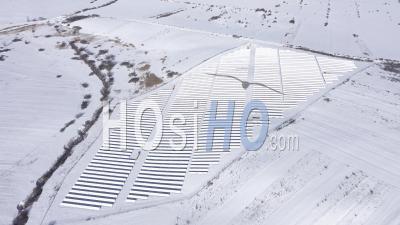 Survol D'une Centrale Photovoltaïque Recouverte De Neige - Vidéo Drone