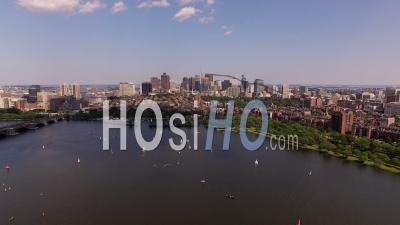 Voler à Basse Altitude Au-Dessus De Charles River En Direction De Beacon Hill. Boston Massachusetts - Vidéo Drone