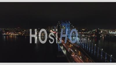 Voyagez D'est En Ouest Avec Un Trafic Supérieur Au Pont De Manhattan. - Vidéo Drone