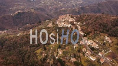 Photo Aérienne, Magnifique Petite Ville Perchée Au Milieu De La Nature, Filmée Avec Un Drone, 4k - Vidéo Drone