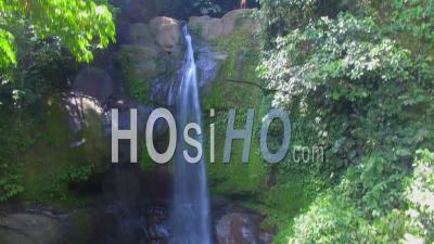 Chute D'eau Au Refuge National De Faune De Gandoca Manzanillo Costa Rica - Vidéo Drone