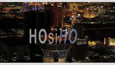 Vue Aérienne De Las Vegas Gros Plan Panoramique Autour De La Tour Stratosphere Dans La Nuit Avec Vue Panoramique - Vidéo Drone