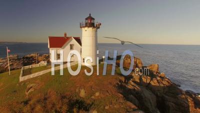 Voler Bas Autour Du Phare De Nubble Au Coucher Du Soleil. York Maine - Vidéo Drone
