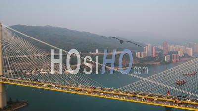 Hong Kong Volant Bas Autour Du Pont De Ting Kau Au Coucher Du Soleil. - Vidéo Drone