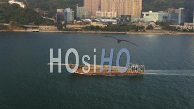 Hong Kong Volant Bas Autour D'un Grand Navire Passant Dans La Baie De Telegraph - Vidéo Drone