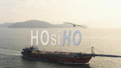 Hong Kong Vol Bas Autour D'un Grand Navire Passant Dans La Baie De Telegraph. - Vidéo Drone