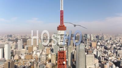 Japon Tokyo Vue Aérienne Bas Autour De La Tour De Tokyo Avec Vue Sur La Ville - Vidéo Drone