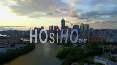 Lumière Du Soir Sur Le Centre-Ville D'austin Au Texas, Aux États-Unis - Vidéo Drone