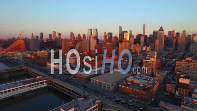 Nyc New York Usa Panoramique à Droite Avec Vue Sur Le Paysage Urbain Complet De Manhattan Midtown Au Coucher Du Soleil - Vidéo Drone