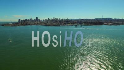 San Francisco, Californie, États-Unis D'amérique Vol Au Dessus D'une Baie Panoramique Sur La Gauche Avec Vue Sur Le Centre-Ville Et La Baie - Vidéo Drone