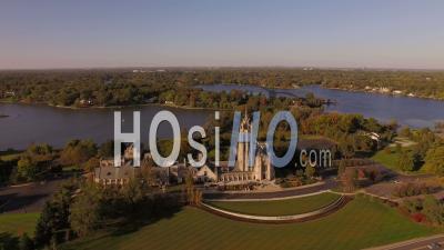 Voler Bas Autour De L'église Et Des Lacs. Bloomfield Michigan - Vidéo Drone