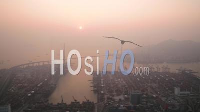 Hong Kong Survolant La Région De Lai Chi Kok Avec Vue Sur Le Chantier Naval Au Coucher Du Soleil - Vidéo Drone