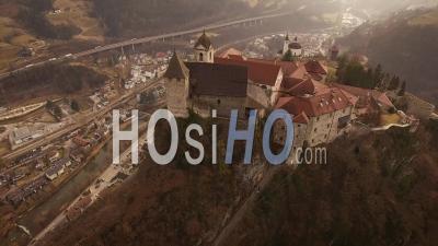 Images De Drones Du Village De Chiusa Perché Sur Une Colline. Italie, Sud Tirol - Vidéo Drone