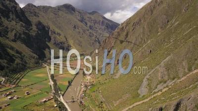 Village D'ollantaytambo Au Pérou Dans La Vallée Sacrée Sur La Rivière Urubamba - Vu Par Drone