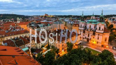 Ville Et Trafic Piéton De La Place De La Vieille Ville à Prague, République Tchèque - Vidéo Drone