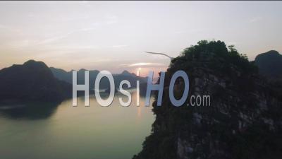 Coucher De Soleil Au-Dessus De L'île De Pierre à Chaux Dans La Baie D'ha Long Au Vietnam - Vidéo Drone