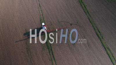 Machines Agricoles Pulvérisant De L'herbicide Glyphosate Sur Des Cultures Agricoles. - Vidéo Drone