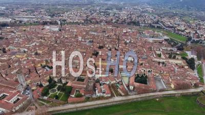 Prise De Vue Aérienne, Magnifique Panorama De La Ville De Lucca, Une Ancienne Ville Au Milieu De La Toscane, En Italie, Filmée Avec Un Drone - Vidéo Drone