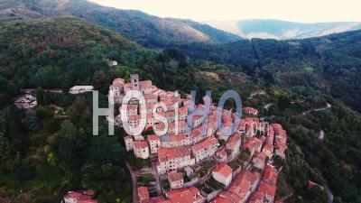 Vue Aérienne D'une Petite Ville Sur La Colline En Toscane, Italie, 4k - Vidéo Drone