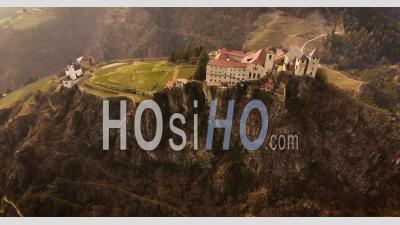 Prise De Vue Aérienne, Une Petite Ville Perchée De Chiusa En Italie, Au Sud Du Tyrol, Au Milieu Des Vignes, à 4 Km - Vidéo Drone