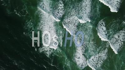 Vue Aérienne Des Vagues éclaboussant L'océan