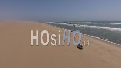 Ramassage Blanc Conduisant Le Long De L'océan Atlantique à Côté De Lions De Mer, Désert De Namib
