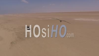 Ramassage Blanc Conduisant Sur Le Sable Le Long De L'océan Atlantique Devant Nous, Namibie