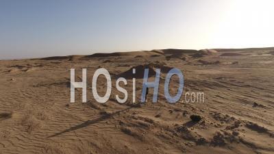Astronaute Marchant Lentement, Dans Un Désert Semblable à Mars Ou à La Lune, Désert Du Namib