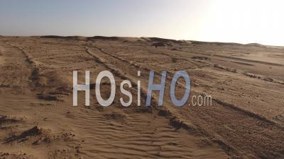 Empreintes De Pas Et Astronaute Marchant Lentement, Désert Du Namib