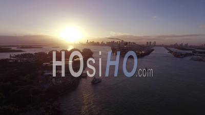 Coucher De Soleil Sur Le Centre-Ville De Miami Avec L'océan En Face - Vidéo Drone