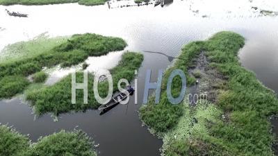 Une Pirogue Et Des Maisons Dans Les Canaux Du Lac - Vidéo Drone