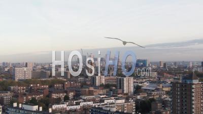 Vue Aérienne Ascendante De La Ligne D'horizon Du Quartier Financier Des Docklands à Londres - Vidéo Drone