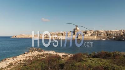 Vue Aérienne Ascendante De La Valette, Capitale De Malte, De L'île De Manoel - Vidéo Drone
