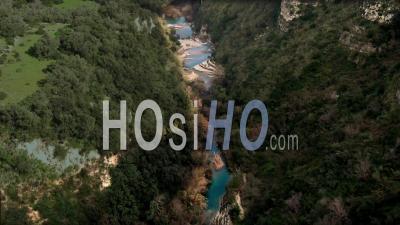 Vue Aérienne D'une Petite Rivière Au Fond D'un Canyon à Cavagrande (sicile) - Vidéo Drone