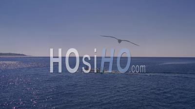Bateau De Pêche Devant Le Mont Agung - Vidéo Drone