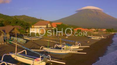 Bateaux Traditionnels Devant Le Mont Agung - Vidéo Drone
