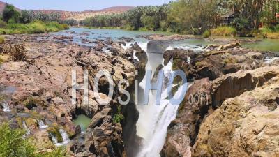 Vue Aérienne Sur Les Chutes D'epupa à La Frontière De L'angola Et De La Namibie, Afrique - Vidéo Drone