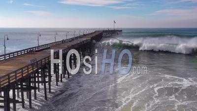 Vue Aérienne Sur D'énormes Vagues Déferlant Sur Une Jetée Californienne à Ventura, En Californie, Lors D'une Grosse Tempête Hivernale Suggérant Un Réchauffement Climatique Et Une Montée Du Niveau De La Mer Ou Un Tsunami - Vidéo Drone