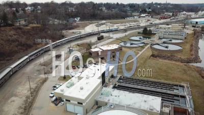Vue Aérienne Du Train Sud-Ouest D'amtrak Chief Circulant Dans Un Chantier Ferroviaire Près De Burlington, Iowa - Vidéo Drone