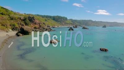Une Vue Aérienne D'une Côte Brumeuse Près De Big Sur, Californie - Vidéo Drone