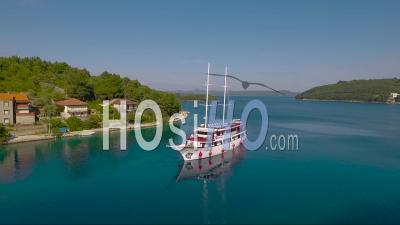 Vue Aérienne Autour D'un Voilier Et Petit Village En Croatie - Vidéo Drone