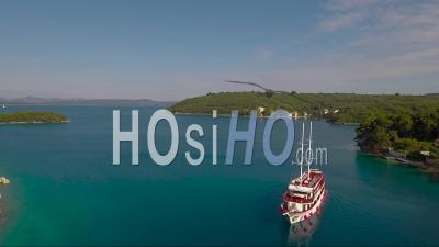 Vue Aérienne Derrière Un Voilier Et Un Petit Village En Croatie - Vidéo Drone