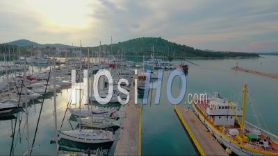 Vue Aérienne D'un Quai Avec Des Bateaux De Pêche Et Des Yachts En Croatie - Vidéo Drone