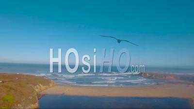 Une Vue Aérienne D'une Plage Brumeuse Le Long De La Côte De La Californie Centrale Avec Une Passerelle Distante - Vidéo Drone