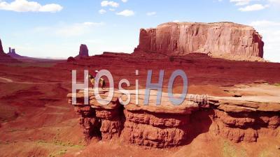 Vue Aérienne D'un Cow-Boy à Cheval Avec Vue Sur Monument Valley, Utah - Vidéo Drone